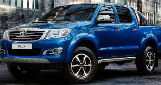 Toyota Hilux pick-up blu su strada