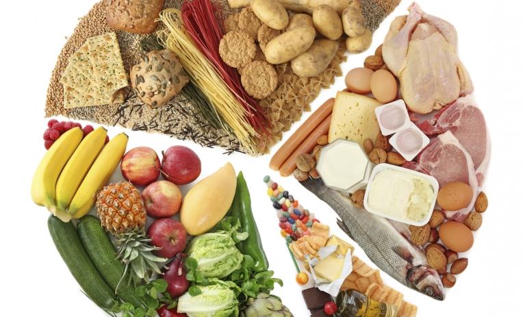 Alimenti deperibili organizzati per tipologie: frutta, verdura, legumi, uova, pasta e pane, carne, salumi, pesce, latticini, snack e dolci