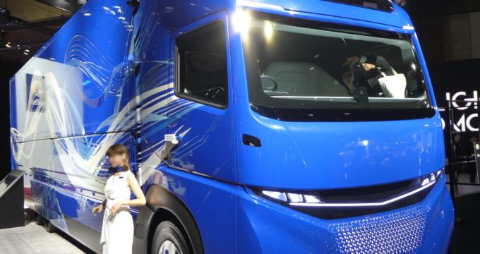 Esposizione nuovo camion elettrico Mitsubishi E-Fuso