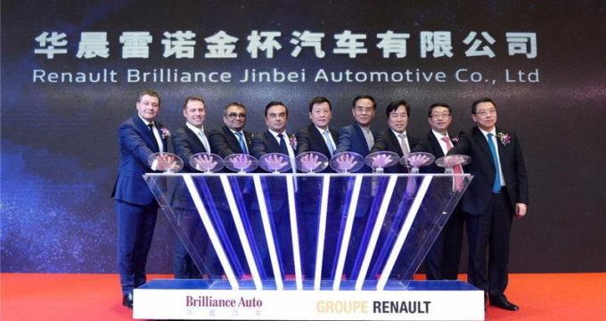 Esponenti delle società Renault e Brilliance insieme per l'accordo
