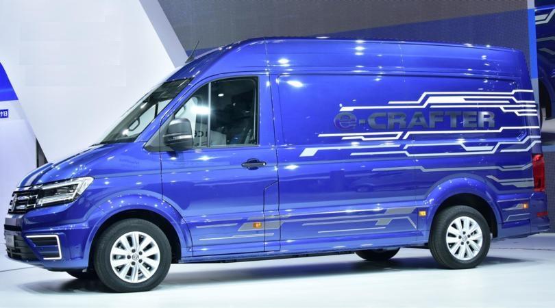 furgone-elettrico-e-crafter-blu-in-esposizione